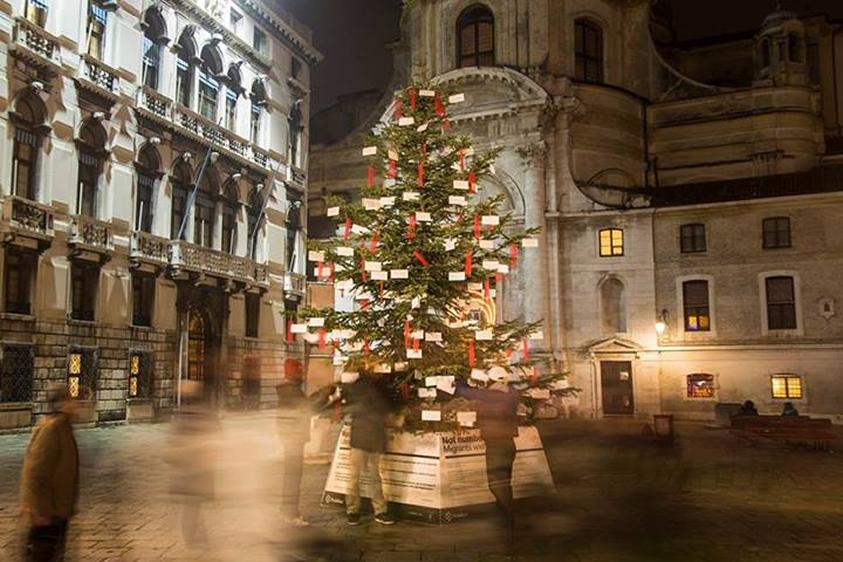 Matrimonio Natale Napoli : Dal ben giardini fornisce l albero di natale installato in