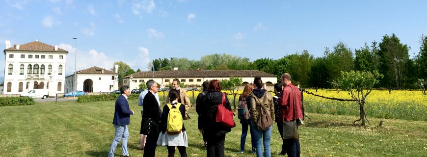 Studenti in visita ai giardini di Benetton Group realizzati da Dal Ben Giardini