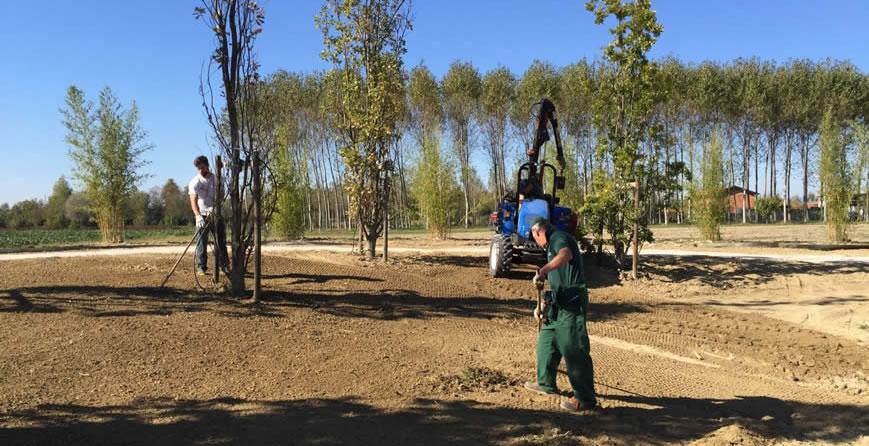 Lo staff prepara il terreno
